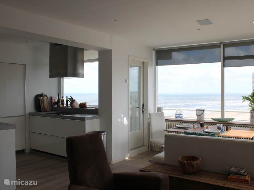 Uitzicht op zee vanuit keuken en eetgedeelte
