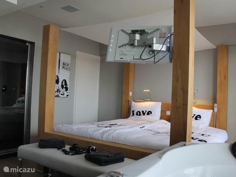 Luxe slaapkamer met tv