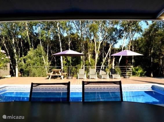 zicht op het zwembad vanaf het terras