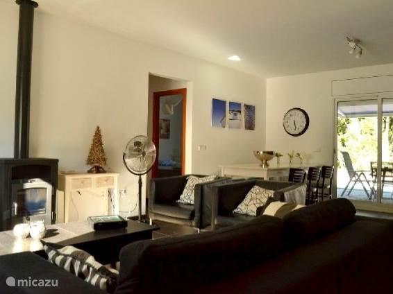 woonkamer met gezellige houtkachel