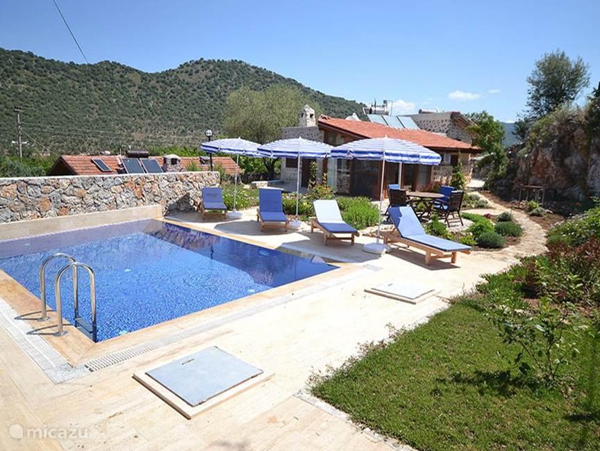 tuin zwembad en huis