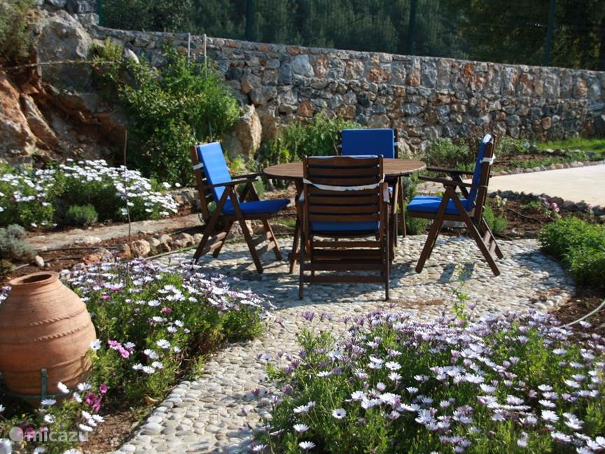je kan buiten eten tussen de bloemtjes en de kruidentuin .Rondom de circle hebben we nu verschillende soorten kruiden en thee .