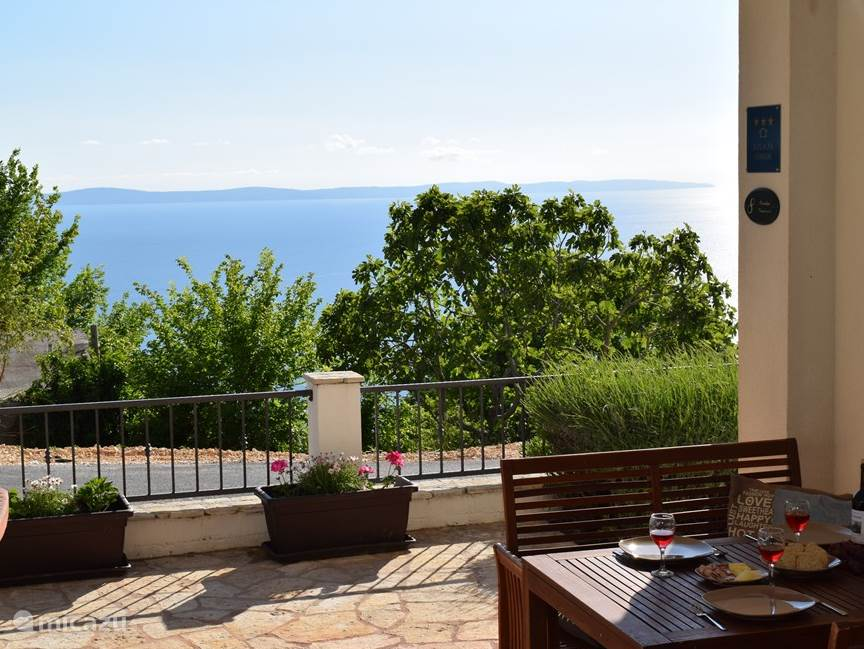 Op uw overdekte benedenterras zit u beschut met een prachtig uitzicht op de stad Split