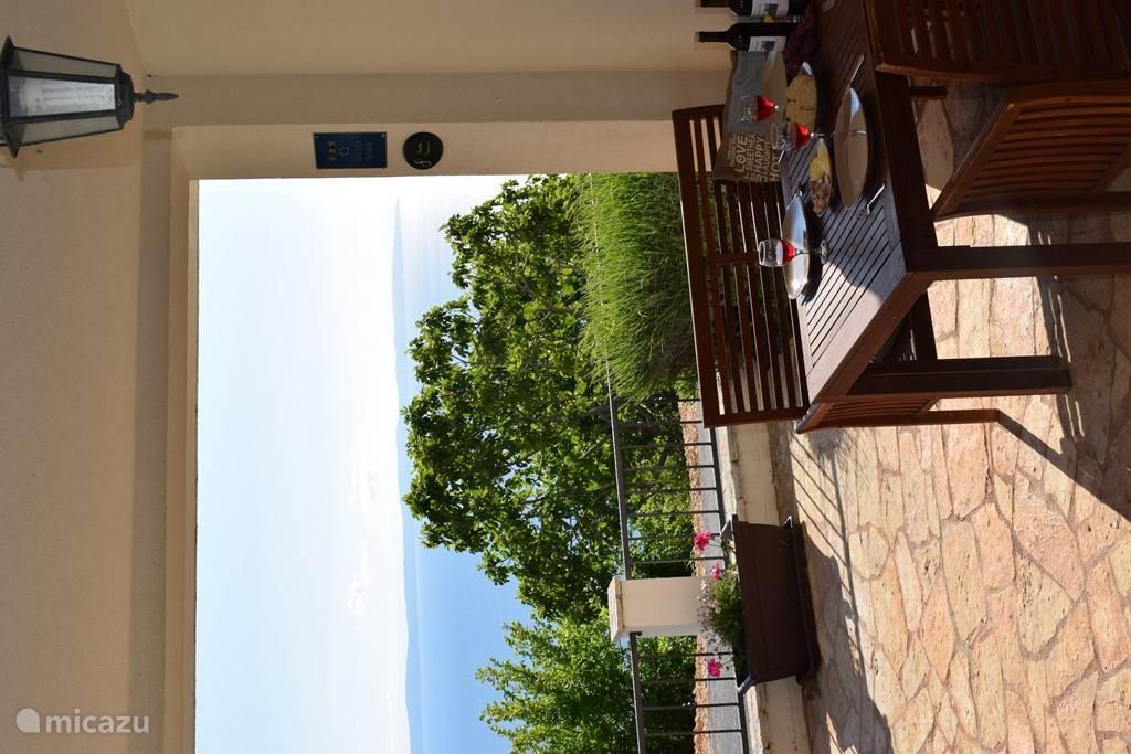 Uw benedenterras kijkt uit op de Adriatische zee