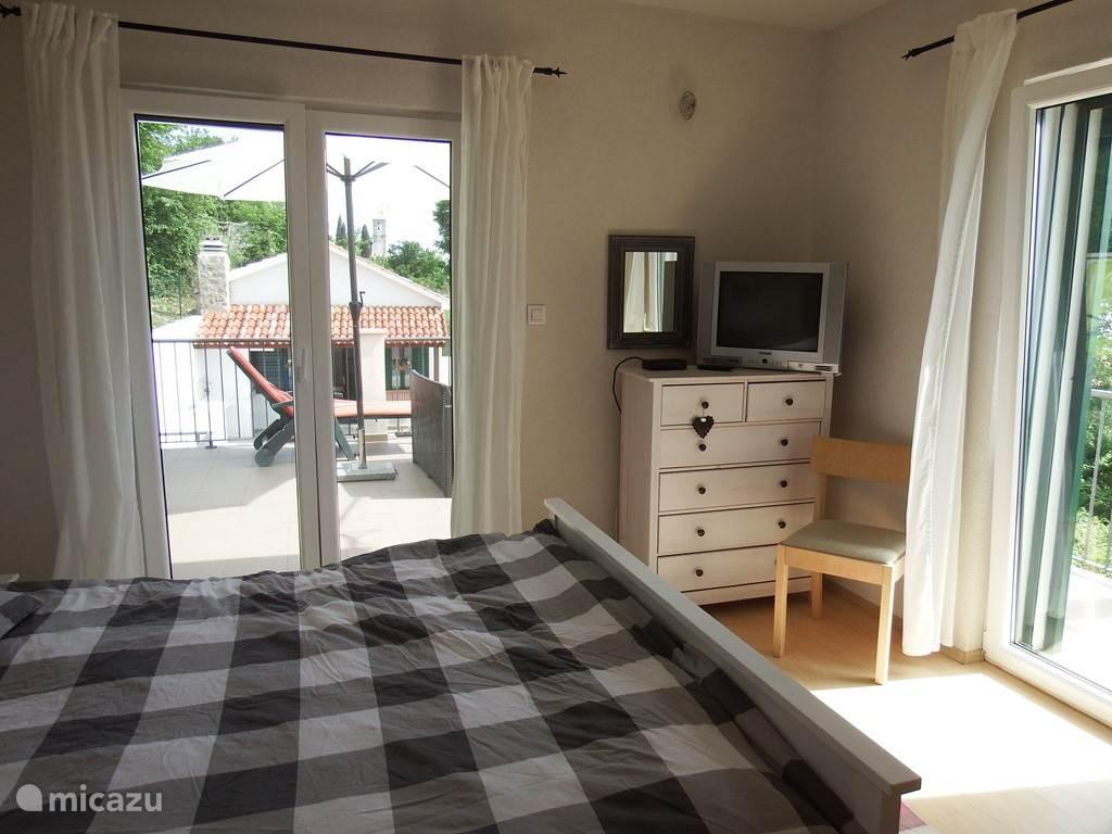 4 ruime slaapkamers, allen met mooi uitzicht. Twee slaapkamers met openslaande deuren naar het terras