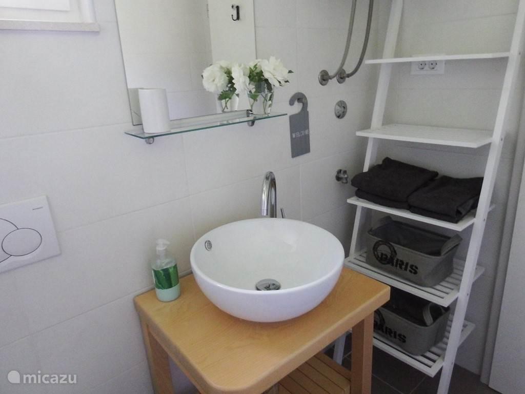 3 badkamers voorzien van toilet, douche en wastafel. In een van de badkamers vindt u een wasmachine