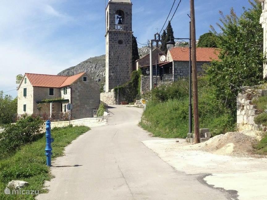 Gelegen in eco Etno dorp Gornja Podstrana, veel oude stenen huizen en mooie natuur waar je fijn kunt wandelen. Ver verwijderd van drukte en massa toerisme