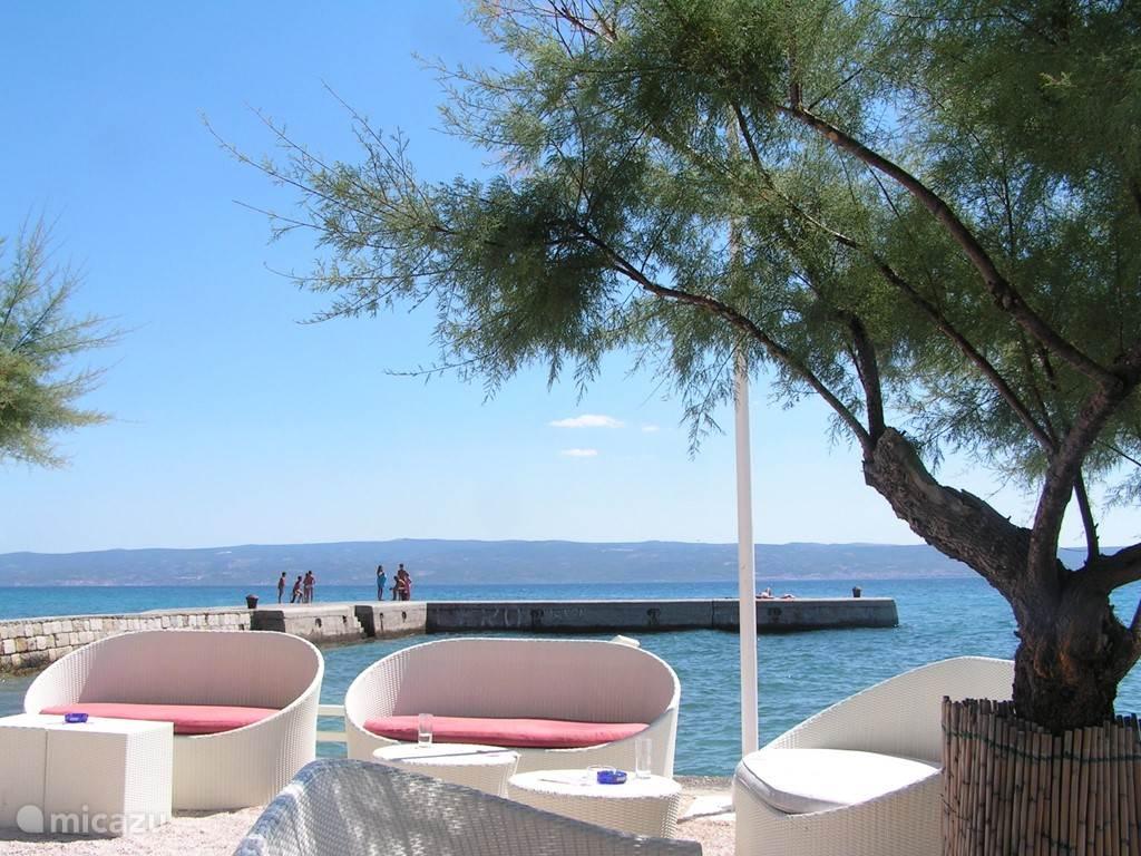 Onder aan de bergweg vind je onze favoriete strandbar Porat. Hier zit je samen met de lokale bevolking en kun je genieten van een lekker drankje en tussendoor zonnen en  zwemmen in de zee!