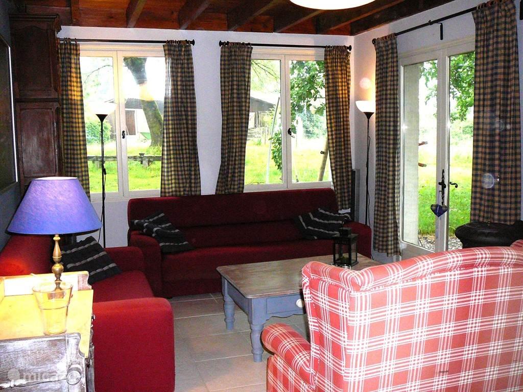 Grote gezellige woonkamer met houtkachel