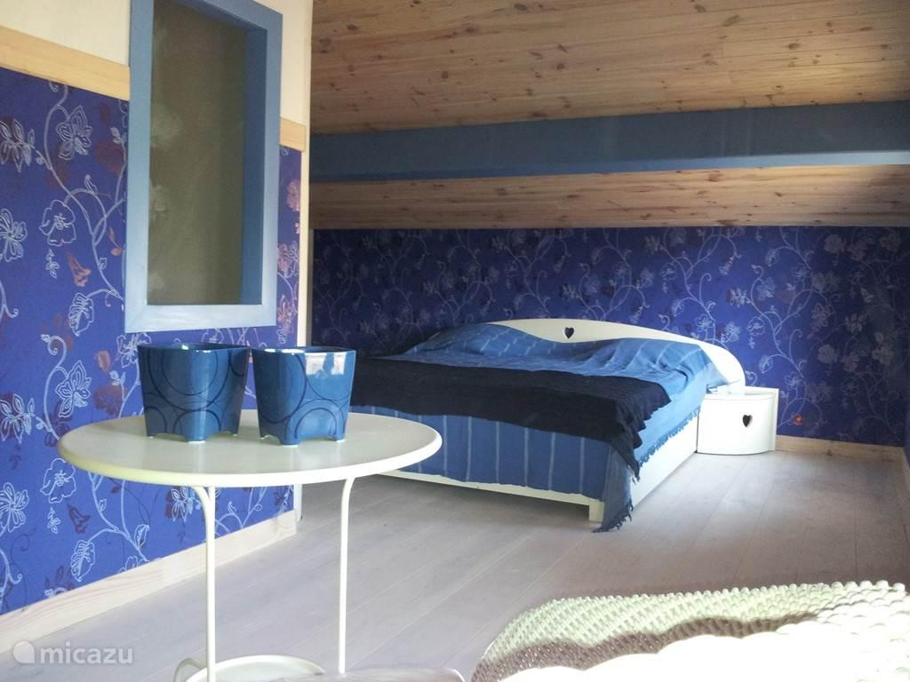 1e verdieping grote 2 persoons slaapkamer met extra zitruimte