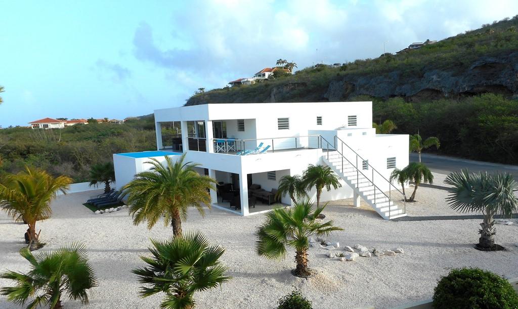 Last minute beschikbaarheid in de periode 4-14 december 2016 op Curacao. Luxe villa met zwembad op mooie resort Coral Estate 300 meter van het strand