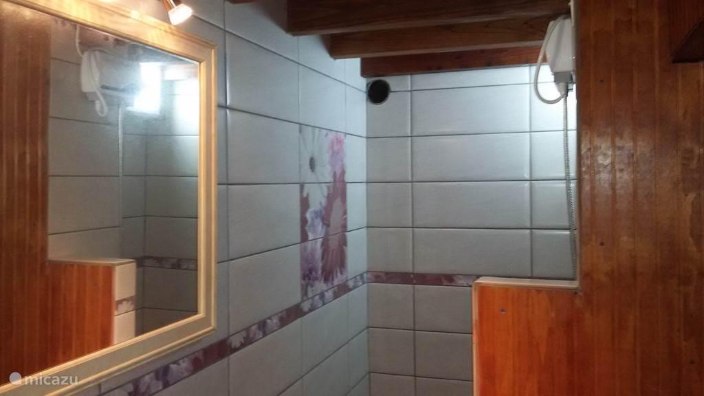 Badkamer. Douche-zijde.