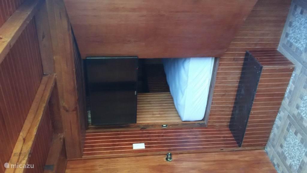 De tv in de bedstee kan naar het overdekte terras gedraaid worden.