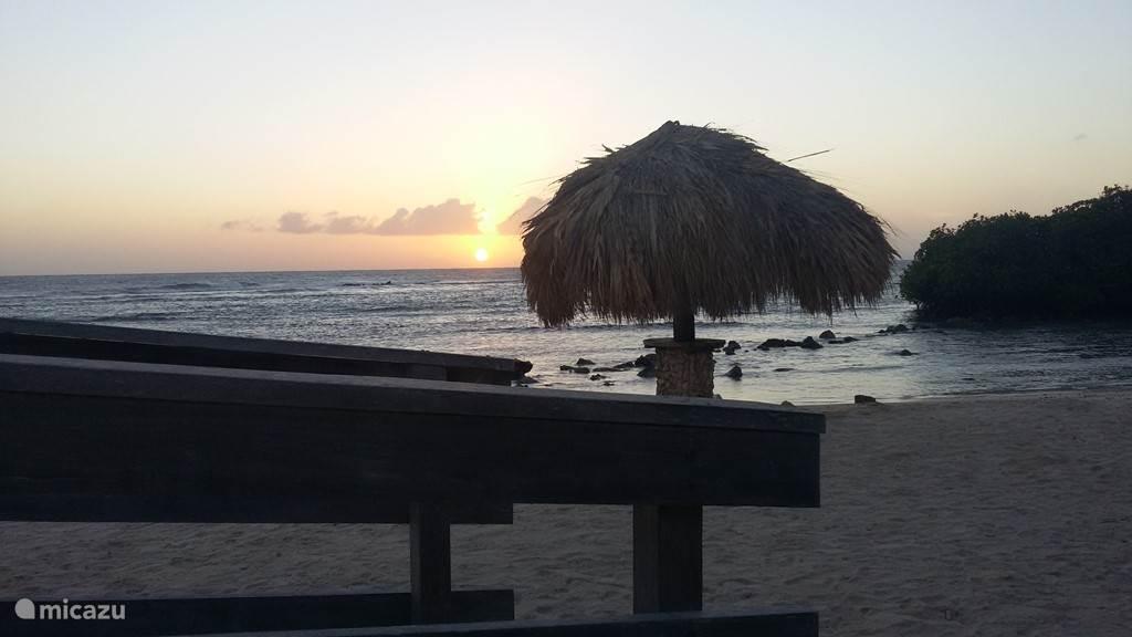 Op 1000 meter is het strand van manglo halto. Palapa's (rietparosol) op het strand beschikbaar.
