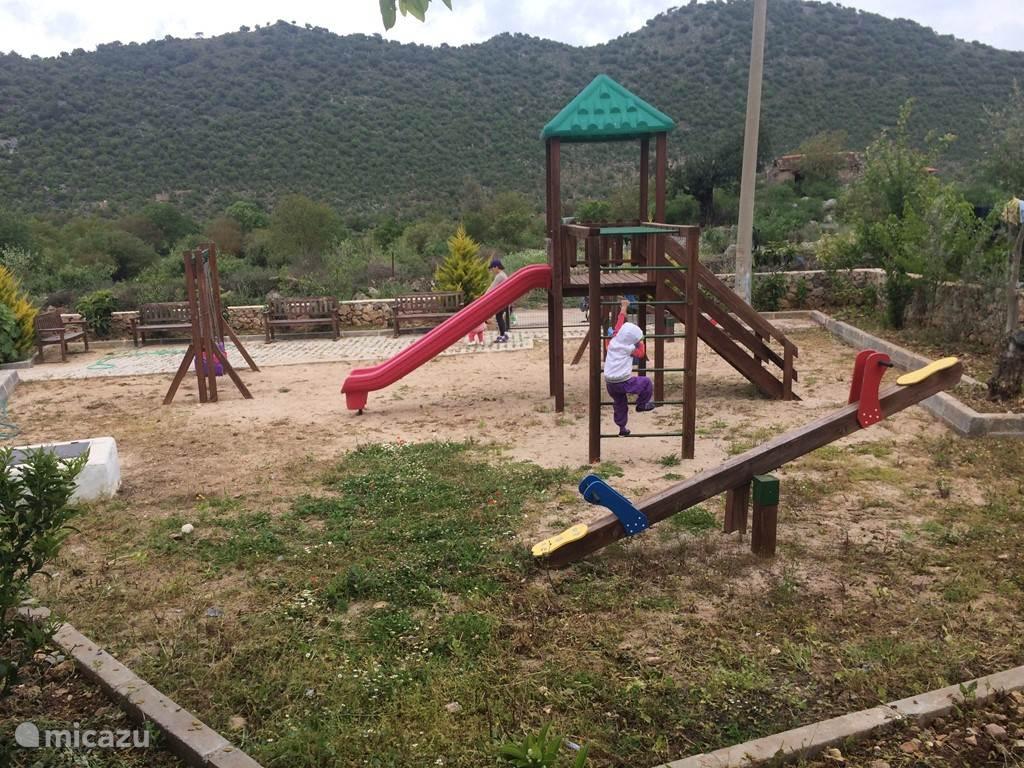 naast ons huis is er een speelplaats voor kinderen
