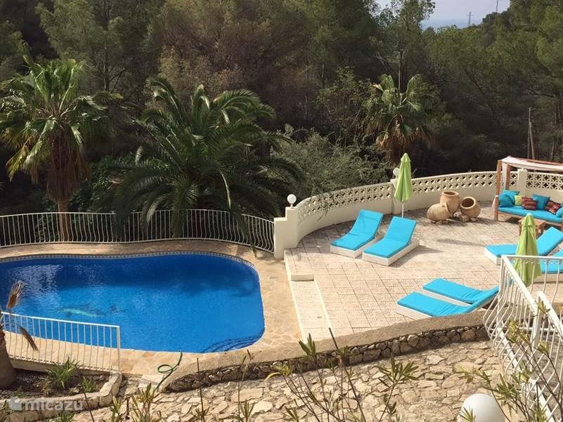 Privé zwembad bij de villa met ligbedden en lounge set
