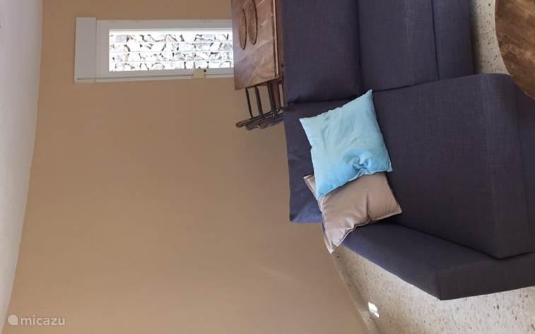 Slaapbank in het gastenverblijf welke gemakkelijk tot 2-persoons bed om te bouwen is