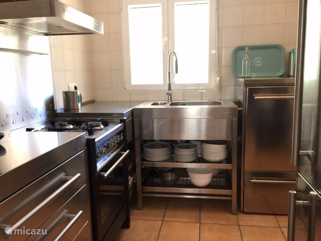 Keuken met oven, koffiezetapparaat, waterkoker en afwasmachine