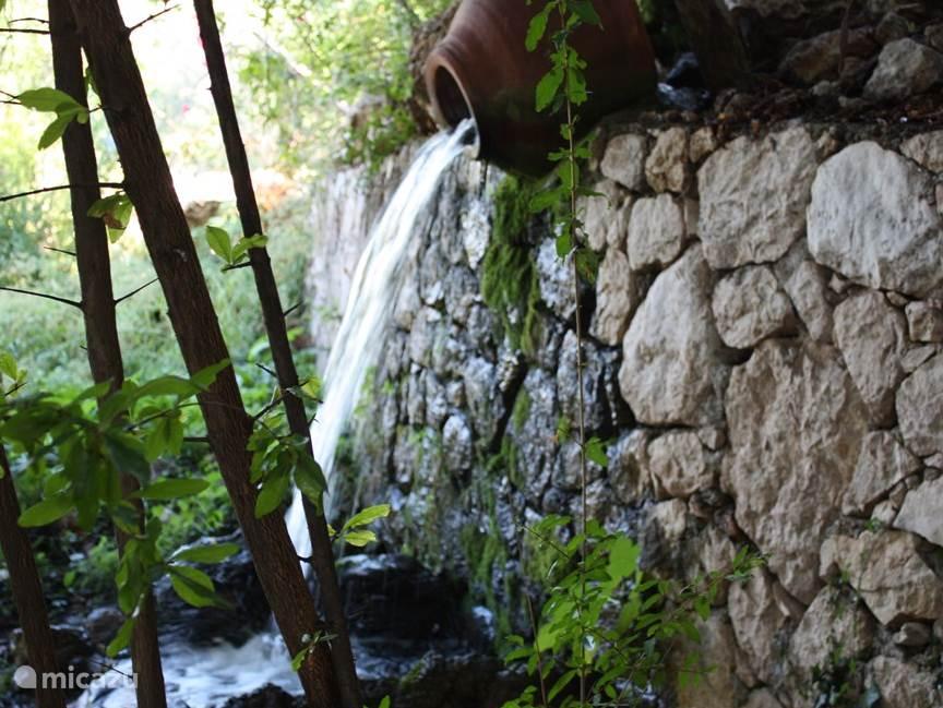De bron water van de bergen passeert door onze tuin . Deze water is drinkbaar water van de taurus gebergte