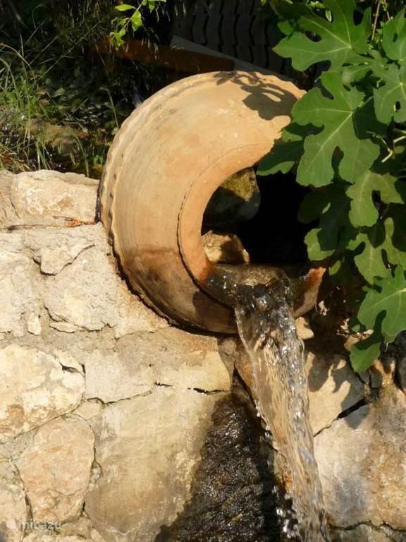 er stroomt voordurent bron water door onze tuin . Het water komt van de taurus gebergte