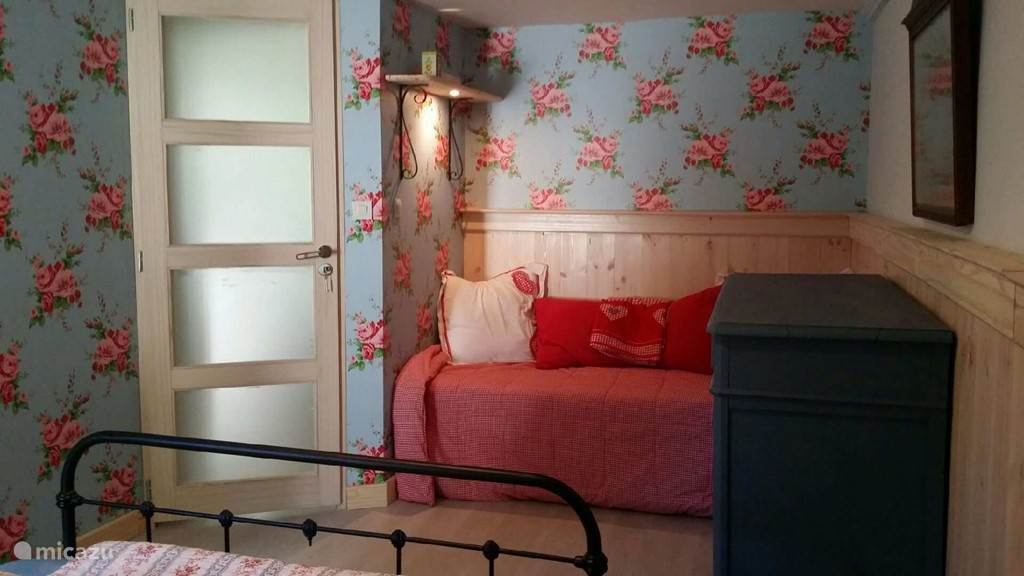 bedroom with 2 beds and 1 very clean attractively decorated