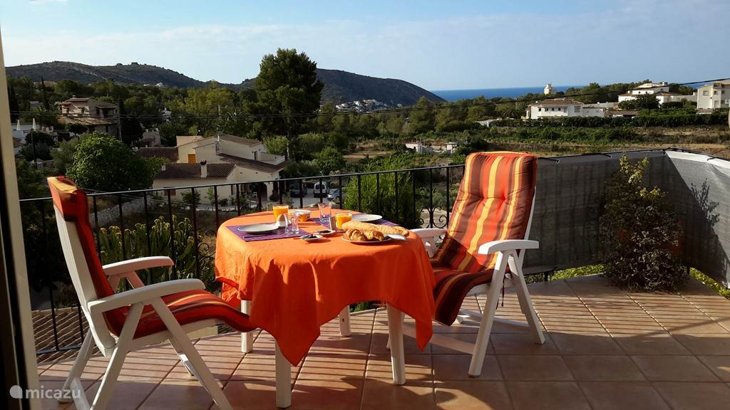 Ontbijten in de zon met uitzicht op zee.