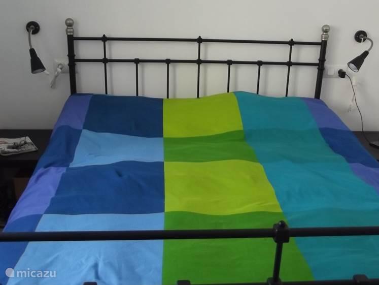 Master bedroom, met 2 persoonsbed 160 x 200 cm.