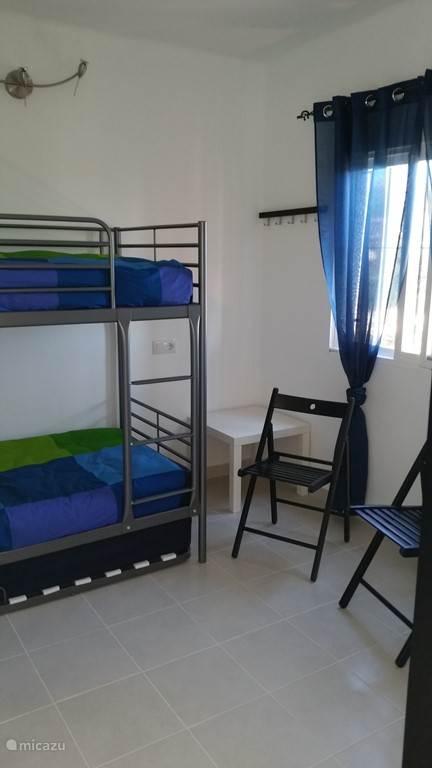 Slaapkamer 2 met stapelbed en onderschuif bed, allen 90 x 200cm.