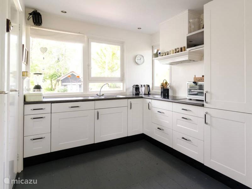 complete keuken met vaatwasmachine, magnetron, oven, en koel vrieskast