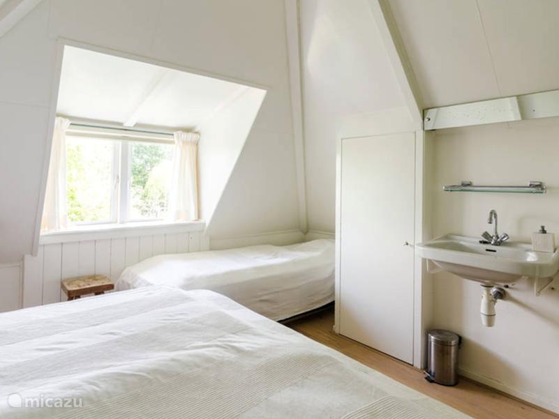 In totaal drie  slaapkamers De grootste heeft een twee persoons bed en een 1-persoonsbed, De tweede heeft een bed van 1.40 breed en een bed van 1.20 breed. De derde kamer heeft een 1-persoonsbed.