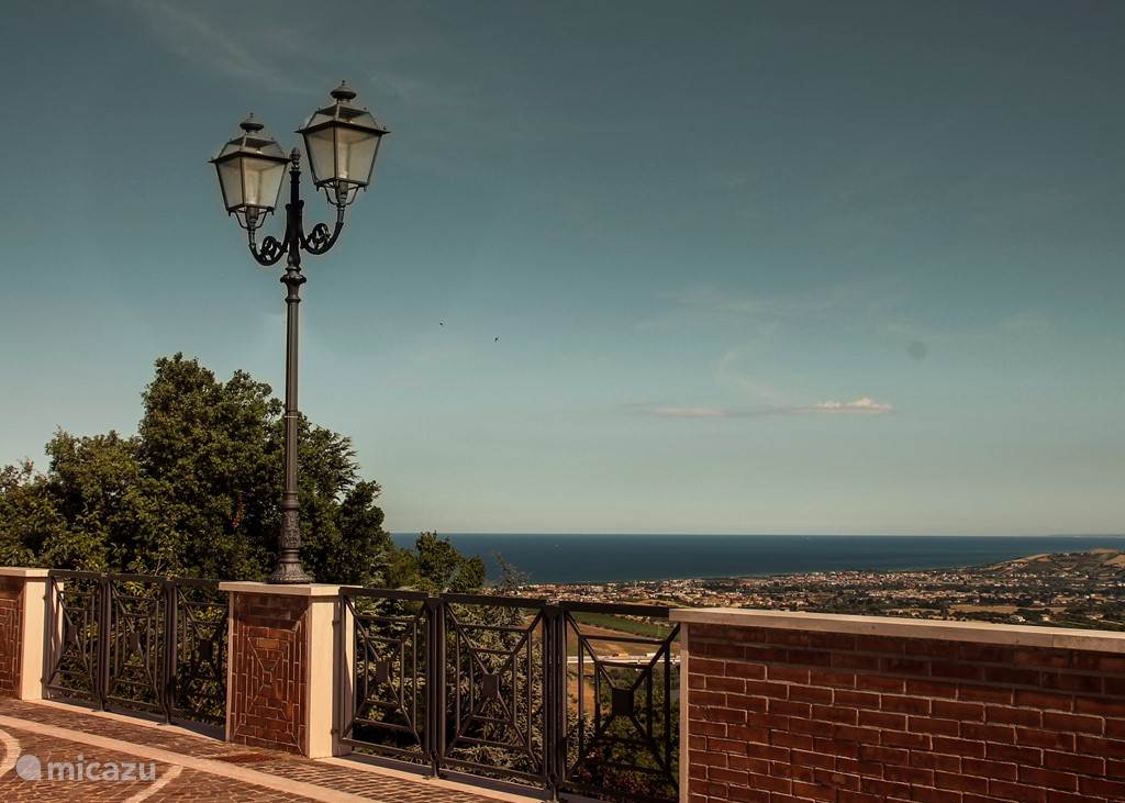 Uitzicht op zee vanuit Montone.