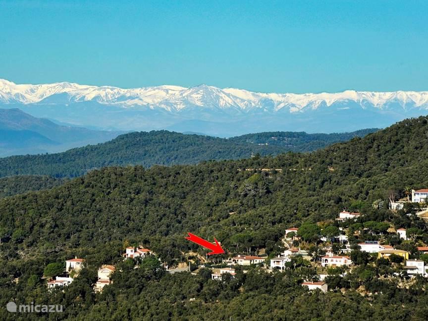 Uitzicht vanuit Romanyá de la Selva op het huis, met op de achtergrond (100 km!) de Pyreneeën)
