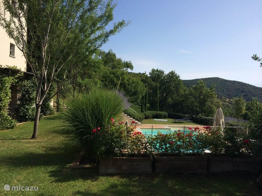 In de lente en zomermaanden spendeer je het grootste deel van de dag al snel in de buitenlucht. Casa Dolepreto heeft vele plekjes om er van te genieten.  De volgroeide tuin is een lust voor het oog met verscheidene overdekte of van schaduw voorziene stukken.