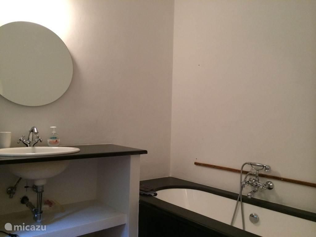 Badkamers:   De master bedroom heeft een eigen badkamer met bad en douche, WC, wastafel. Slaapkamer 2 heeft een eigen badkamer met douche, WC en wastafel. Slaapkamer 3 heeft een eigen badkamer met douche, WC en wastafel. Slaapkamer 4 heeft een eigen badkamer met douche, WC en wastafel.