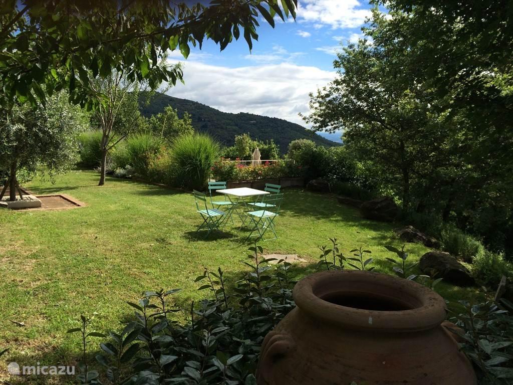 De tuin is prachtig ontworpen en aangelegd met volwassen planten in overvloed, een barbecue en een zwembad van 5 op 10 meter met omringende patio.
