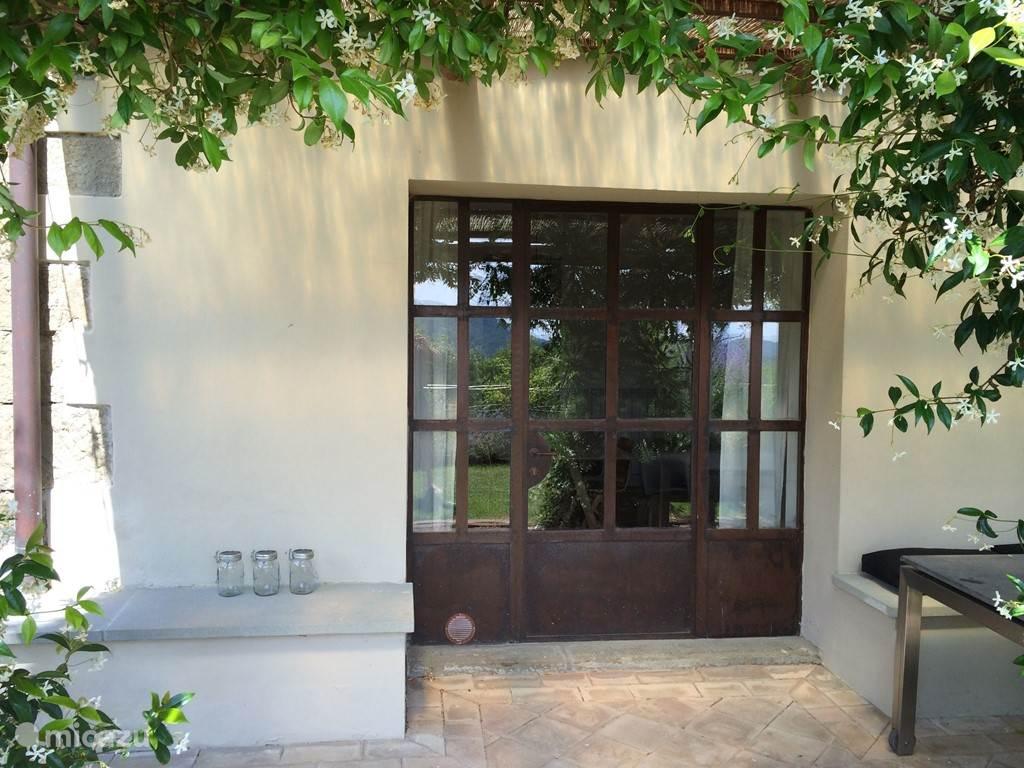 Het is dit soort oude en nieuwe elementen die van dit huis een verfrissend originele plek maken in een omgeving die karakteristieke charme combineert met modern comfort en designmeubelen.