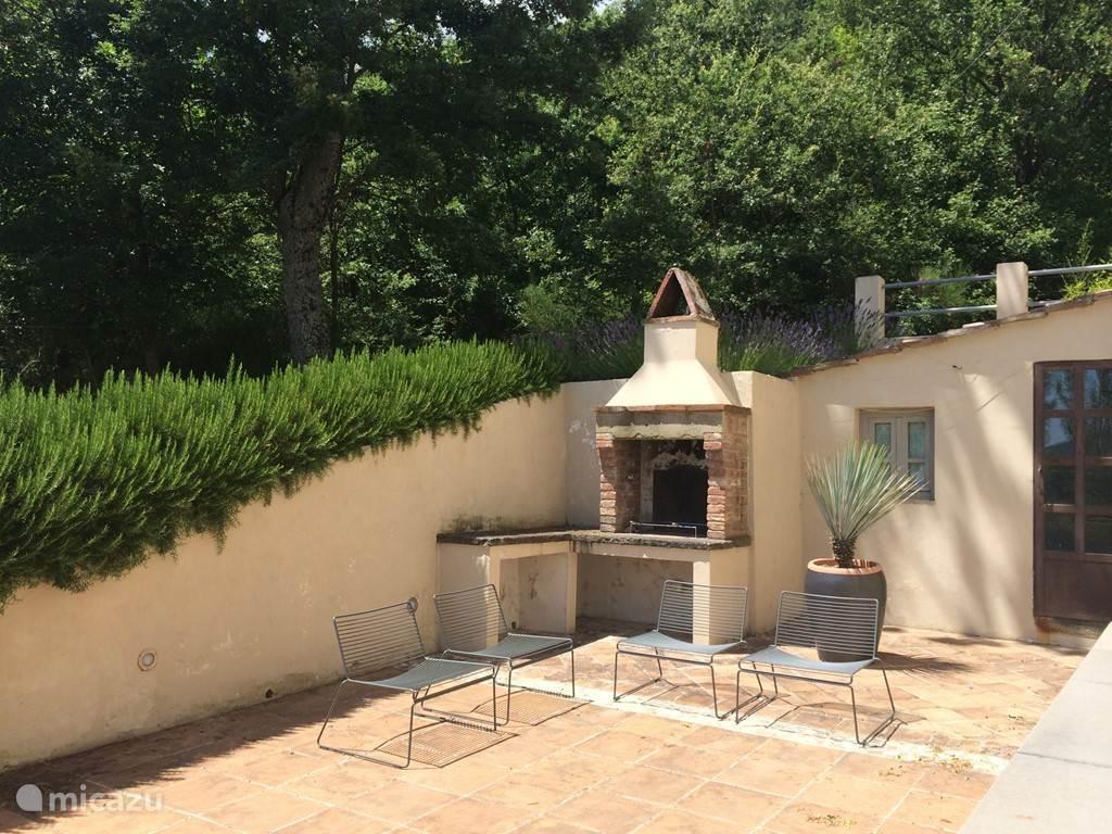 Verder is er ook een prachtige handgemaakte barbecue, wat altijd weer een genot is. Comfortabele zitgelegenheid is ook hier voorzien.