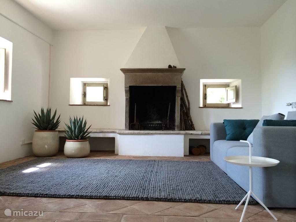 Op de eerste verdieping is er een ruime en goed verlichte zitkamer met sofa's, leunstoelen, koffietafels en een prachtige, stenen open haard. Bovendien heeft deze kamer een fantastisch uitzicht.