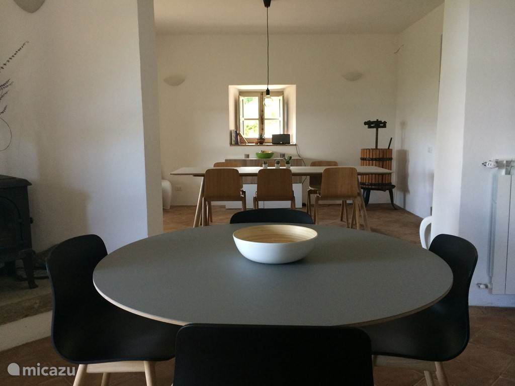 De eetkamer bevindt zich op het gelijkvloers en biedt plaats aan 10 personen.