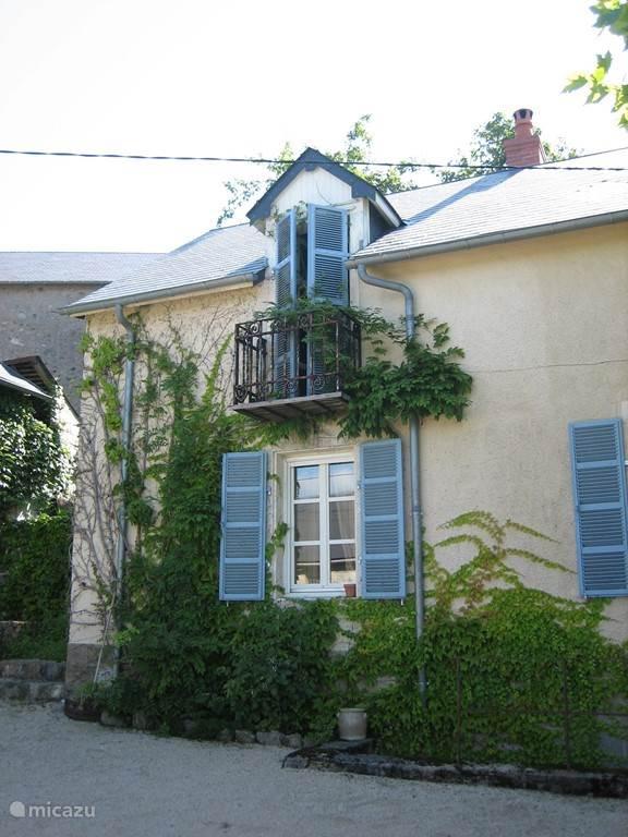 Hier ziet u de linkerkant van het woonhuis met boven een Frans balkonnetje van de derde slaapkamer.