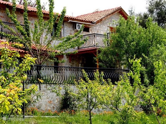 voorkant van villa eflatun