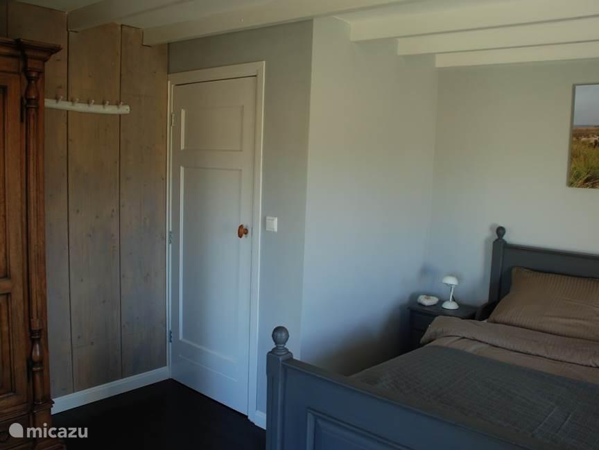 Inrichting masterbedroom met deur naar Hal 1.