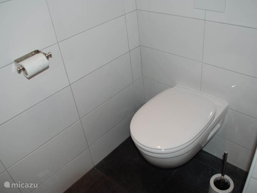 Luxe toilet is los van de badkamer.