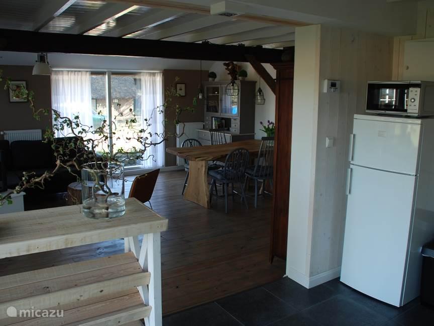 Overgang van keuken naar woonkamer.