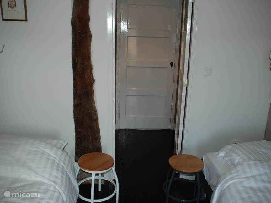 Slaapkamer 2: De twee eenpersoonsbedden zijn ook naar elkaar toe te schuiven tot 1 groot 2- persoonsbed.