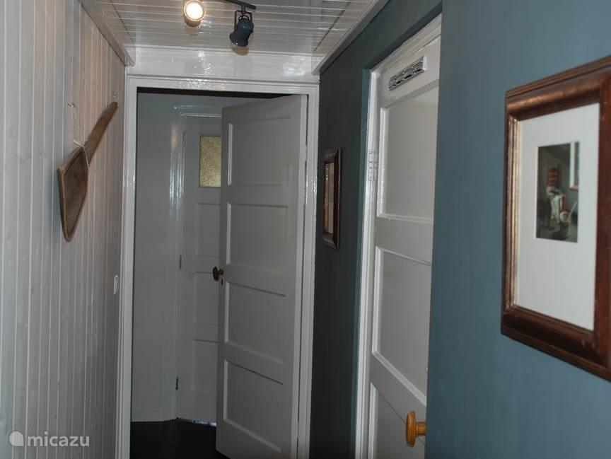 Hal 2: rechts naar badkamer en deur naar Hal 1.