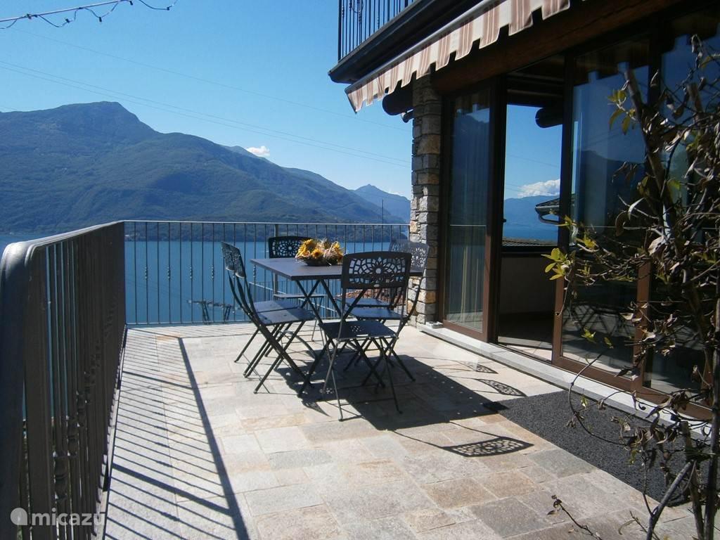 Ruim zonnig terras op het zuid-oosten met tafel voor 6 en 2 mooie ligstoelen.