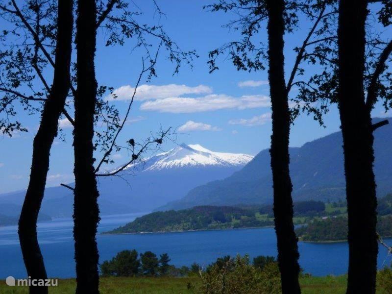 Lago Panguipulli met op de achtergrond de Choshuenco vulkaan