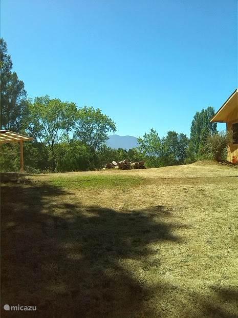 Links het nieuwe terras van de trekkershut, rechts het vakantiehuis voor 4 personen