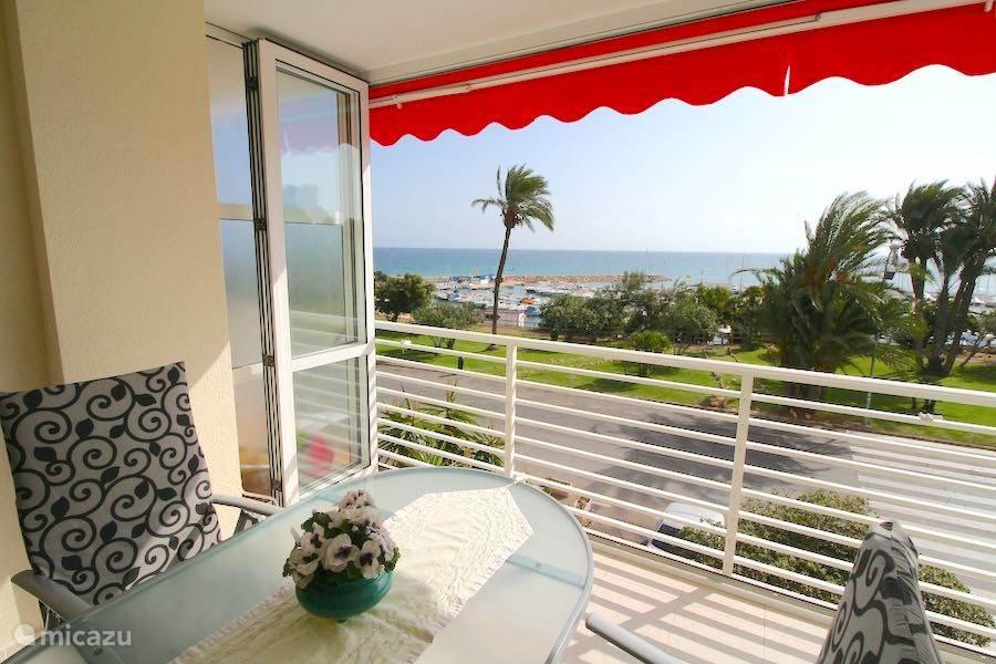 Het balkon, welke volledig met de woonkamer is samengevoegd. De glazen schuifpui is heerlijk om achter te vertoeven in de winter.
